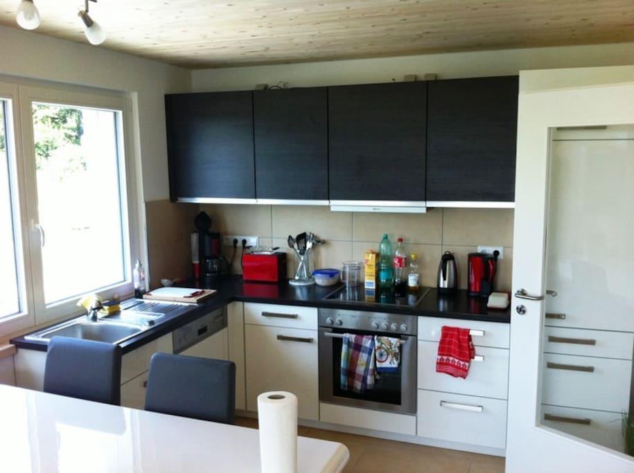 Küche und Essbereich ( bitte beachten, das für den 6ten Stuhl am Tisch nur noch wenig Platz ist)