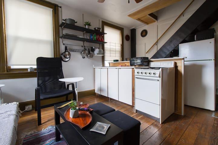 Colonial 1700s: Urban Hideaway Studio Roofdeck
