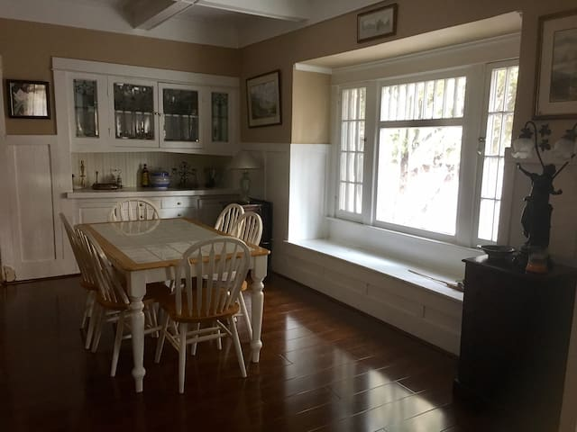 The Sunflower Room+Parking - Centrally Located