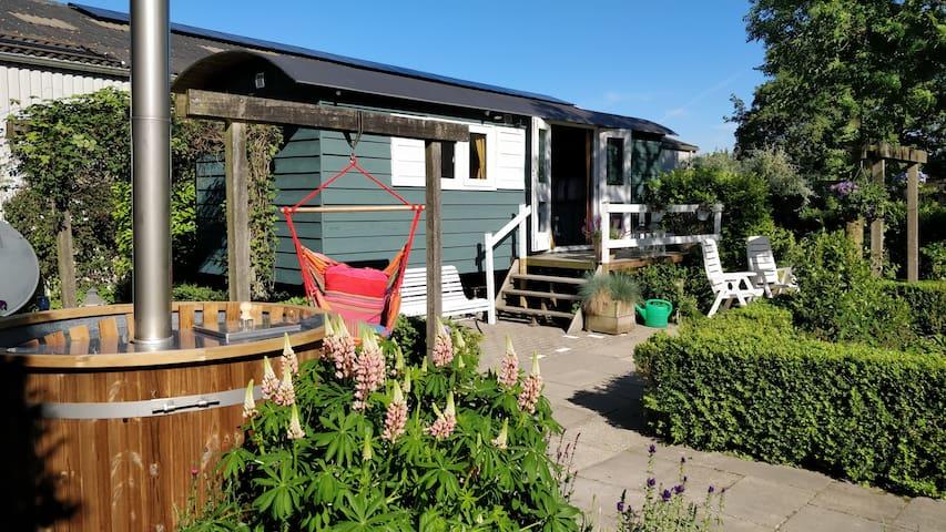 Romantische Pipowagen in ruime tuin in Ens