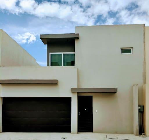 Amplia casa funcional; ambiente de privacidad.