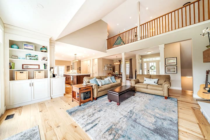Stunning Family Retreat, 1hr from TO, Sleeps 15
