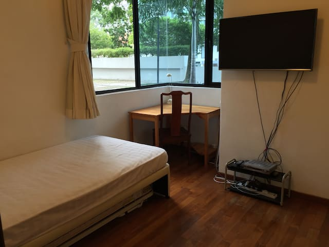 Cozy bedroom 2 Minutes WALK to MRT - Very Clean - Singapur