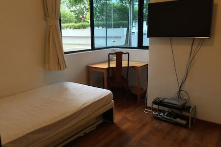 2 Minutes WALK to MRT  Holland Villa- VERY CLEAN . - Singapura