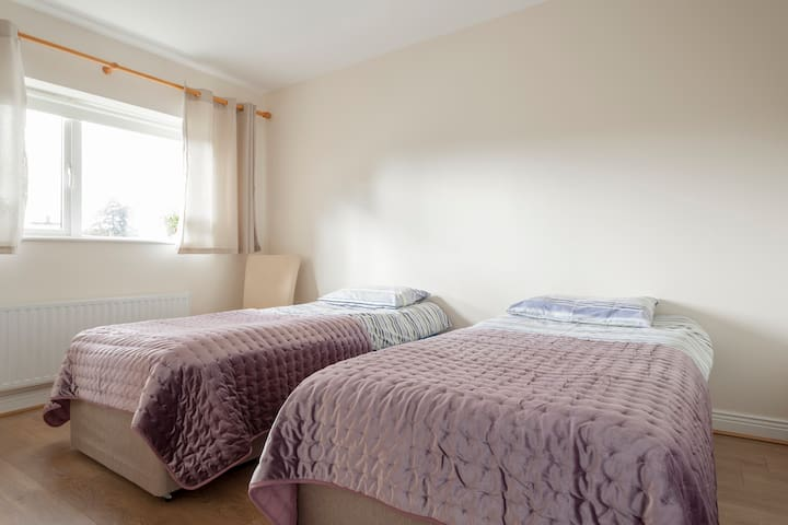 Cosy room south Dublin close to beach, transport.
