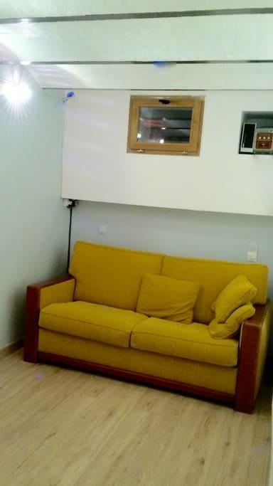 Chambre 1 en sous-sol canapé lit 2 places avec salle de bain attenante