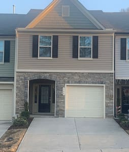 Ritzzz Clayton Townhouse 3 bedroom with 2.5 bath
