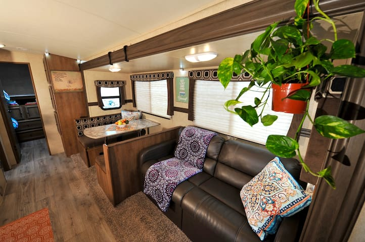 Spacious Family Camper with lake & mountain views - Bridgeport - Husbil/husvagn