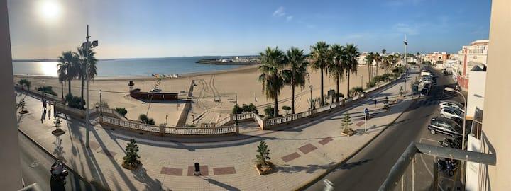 Primera línea de playa, con vistas al mar.