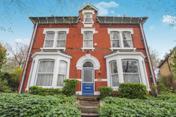 Large Room in Beautiful Victorian Property