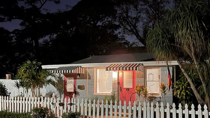 The Pink Door Guest House/two blocks to Wilton Dr