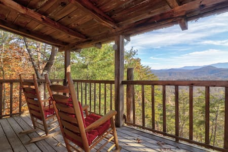 Cozy log cabin w/private hot tub, fireplace & deck-close to town