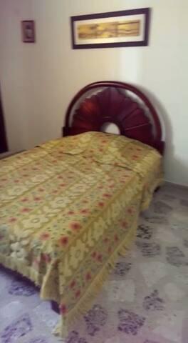 Habitacion con cama doble,closet,escritorio,abanico,ventana a la calle,muy acogedora