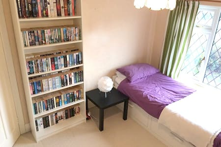 Bright, spacious single/double room - Leeds - Hus
