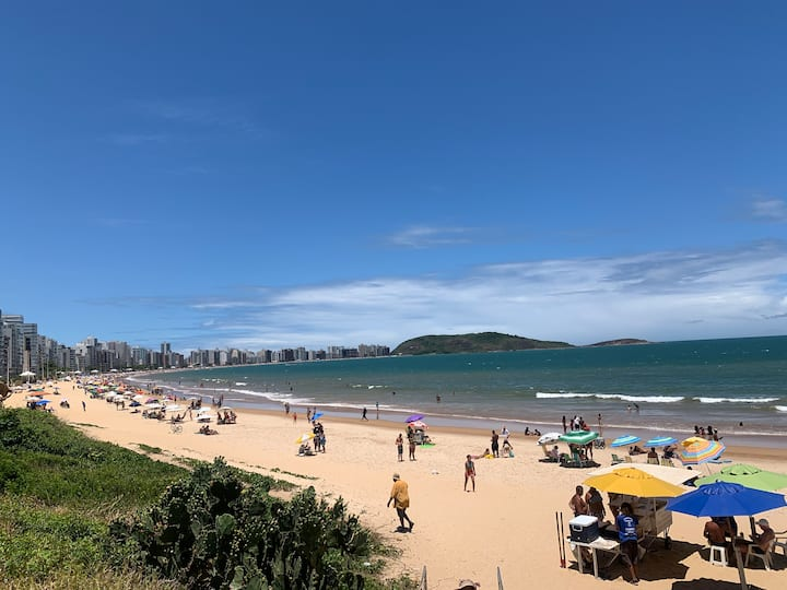 Apartamento localizado em frente à Praia do Morro