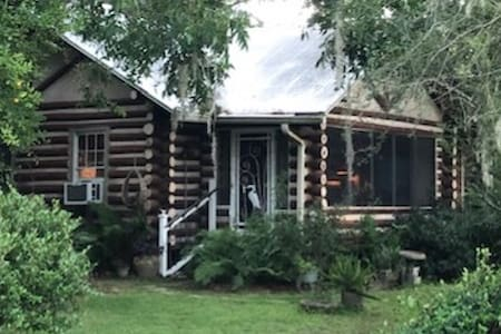 Cozy Log Cabin, Foley, Al.   Pet Friendly.