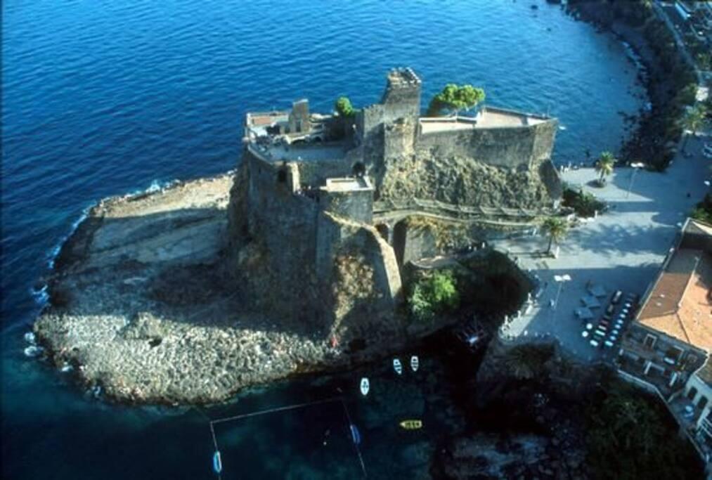 a 150 mt vositate l'imponente castello eretto su un promontorio di roccia lavica a picco sul mare
