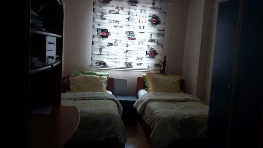YATAK VE ÇALIŞMA ODASI:  -Tek kişilik 2 adet yatak(nevresimler temiz, yeni değişmiştir) -Çalışma masası+sandalyesi -Dolap(içi tamamen boştur+askılık vardır) -Çekmeceli dolap(İçi tamamen boştur)