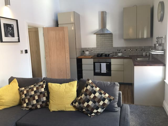 Luxury, Modern 2 Bedroom Apartment (City Centre)