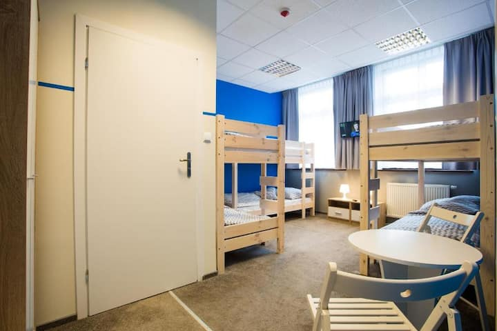 Pokój 6-osobowy z prywatną łazienką Moon Hostel