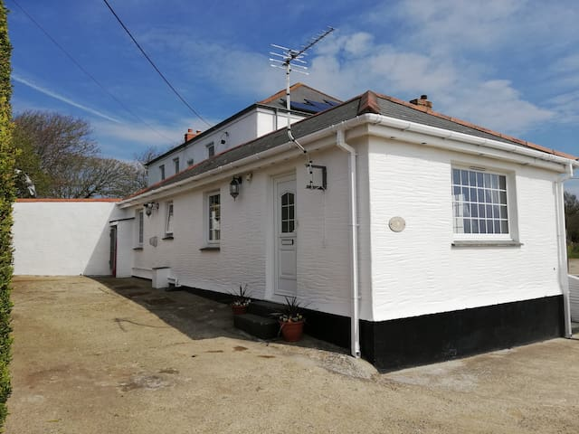 Sleeps 4 cottage 1 mile from perranporth beach