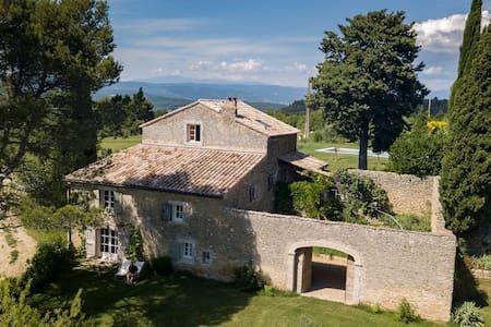 Rez-de-jardin dans authentique bergerie du Luberon