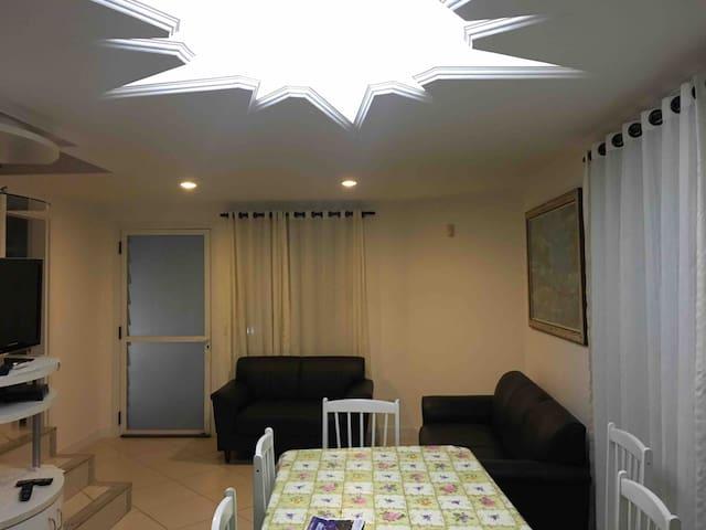 Casa duplex em Condomínio a 100m da Praia