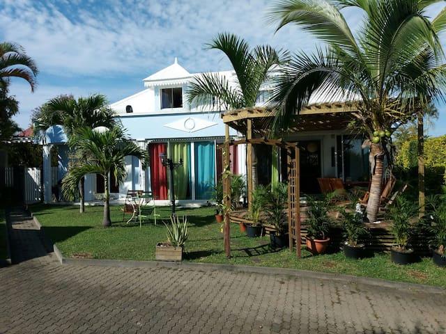 Manu et Flo - T2 dans grande villa créole