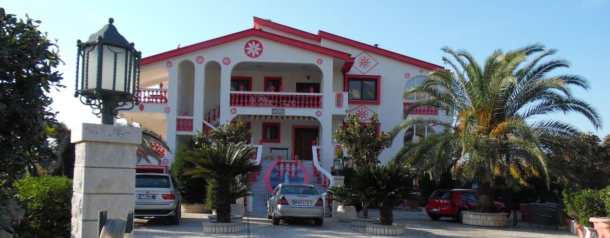 Этаж дома на вилле с бассейном, садом и барбекю. - Stari Bar - Apartment