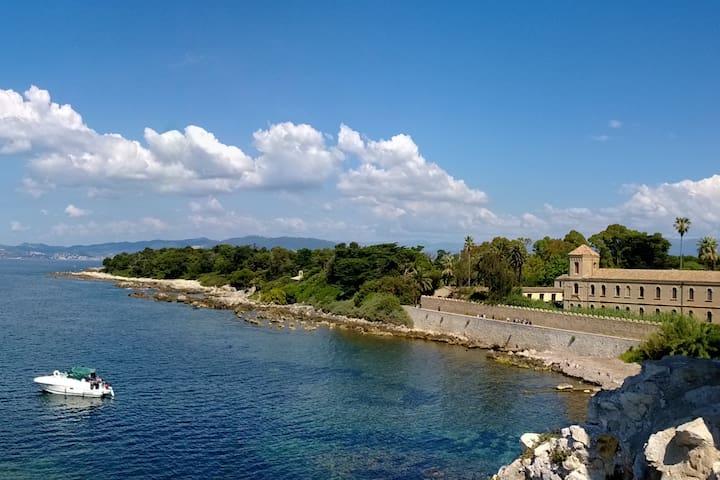 Les îles de Lérins  (Cannes) et le monastère sur l'île St Honorat