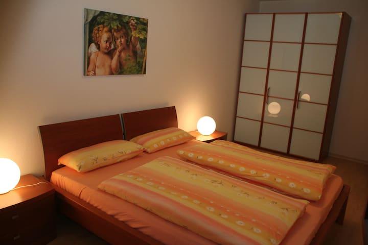 Ein Schlafzimmer hat ein Doppelbett.
