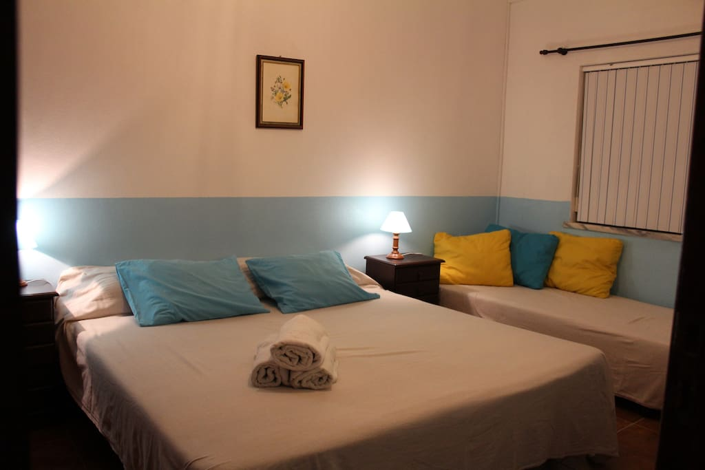 .                3 single beds - 3 camas solteiro