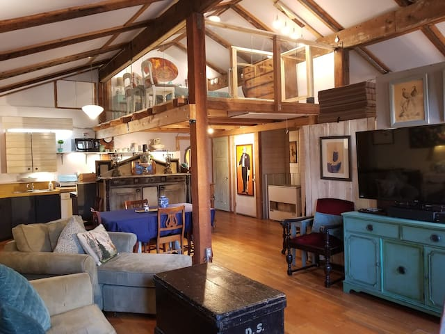 Spectacular Euro Loft -Fort Langley Center!