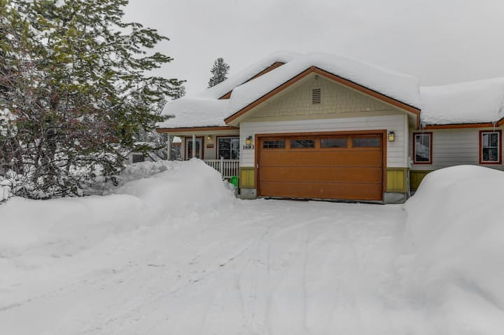 Centrally located Cozy Chalet - Walk to Ponderosa!