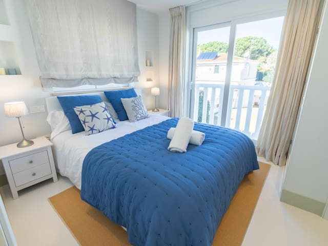 Guests bedroom #3:  Full of light, with 150 x 200 cm queen size bed and ensuite bathroom.