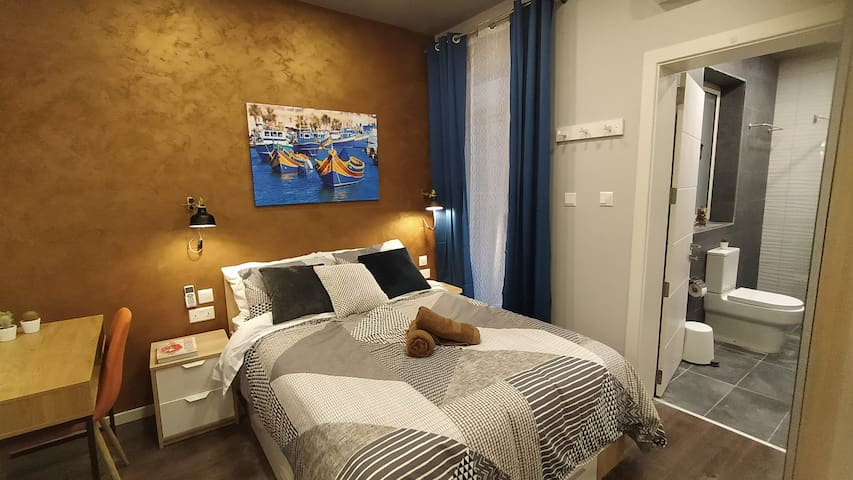 """Private bedroom, including 32"""" flat-screen TV with netflix, private bathroom & AC."""