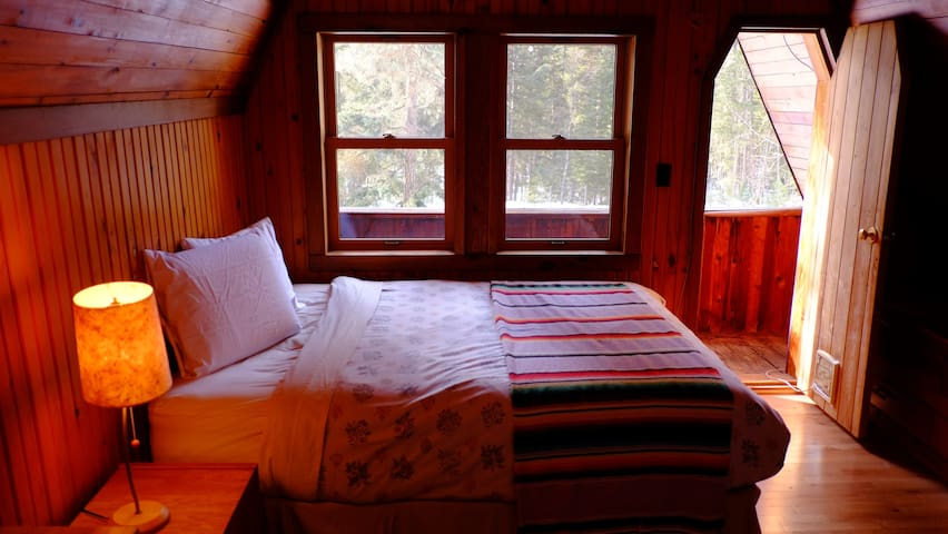 Valhalla Pines - private room queen bed & WIFI
