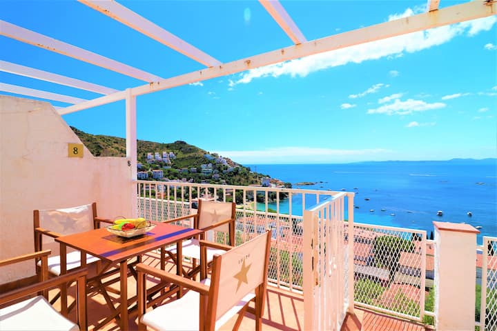 Two bedroom Duplex 5 minutes from the beach with spectacular views of the bay of Rosas. Mall8