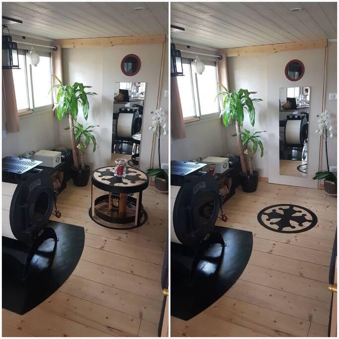 Le poêle à bois et la table basse