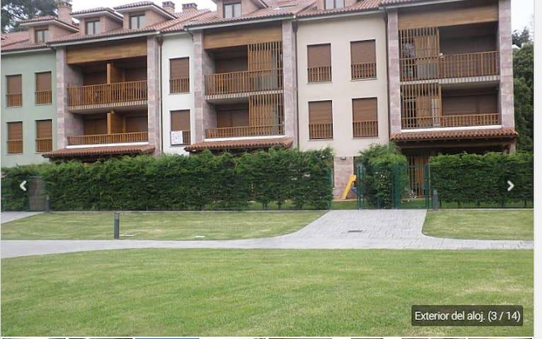 Bajo con jardín y piscina cerca de playa.Asturias