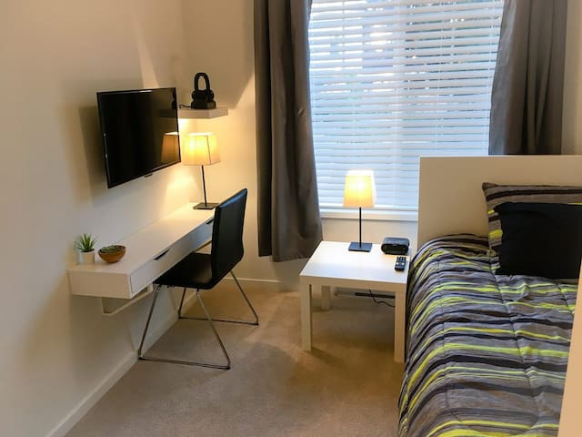 Modern Furnished Room South Surrey - Room 1