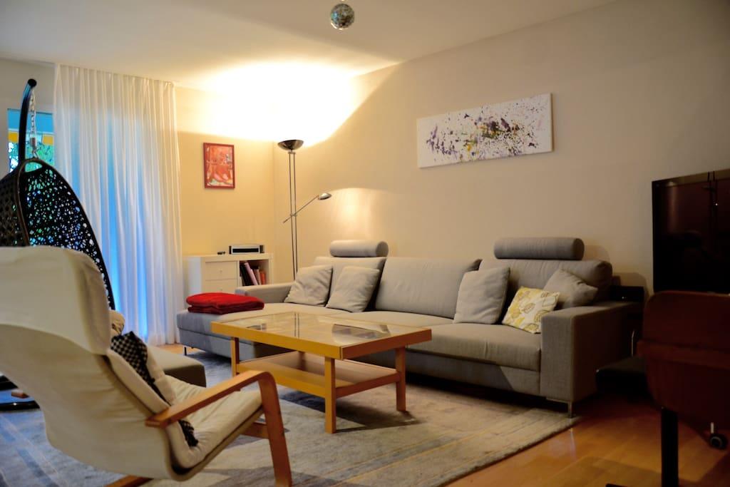 Living room, Satellite TV, Piano