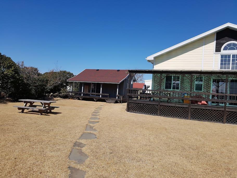 오름을 넓은 잔디밭이 품고있는 목조주택 입니다   자고나면 힐링이 됨니다  별채 타이니하우스 입니다