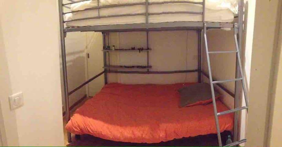 Chambre 3 lit superposés donnant sur couloir et douche