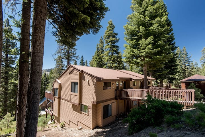 Spacious condo with shared pool - close to hiking and fishing!