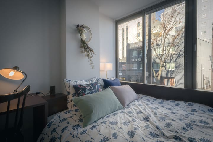 【金沢駅徒歩3分】ガーリーなアパートメントホテルの、ふたりでひろびろ眠れるクイーンベッドルーム
