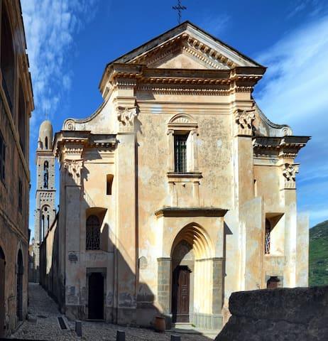 Les églises de Spéloncato et ses ruelles au pavage typique