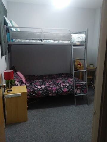 Great Location, CITY CENTRE , triple bunk bed