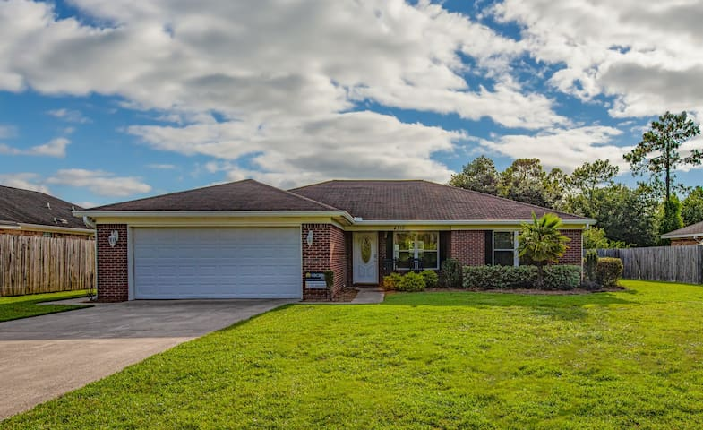 Beautiful, dog-friendly home just minutes from the beach!