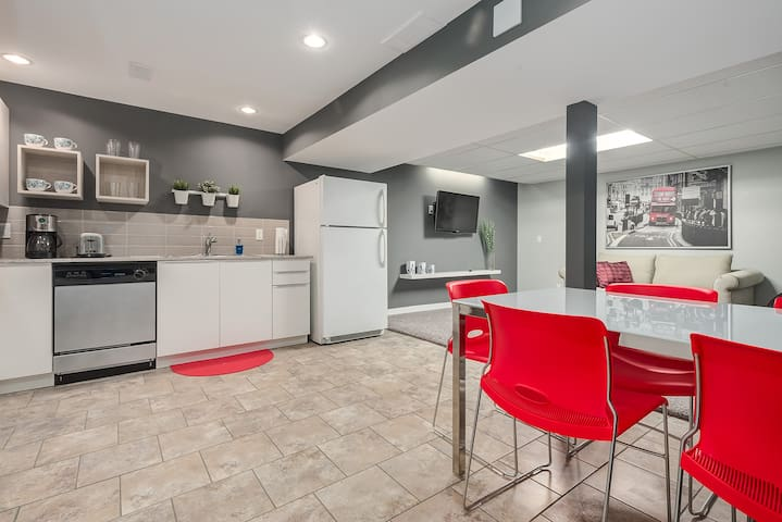 Lower Level Suite, just 90 min away from Banff!! - Calgary - House